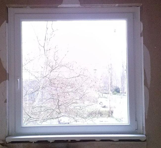 150 X 150-es műanyag ablak, beépítve