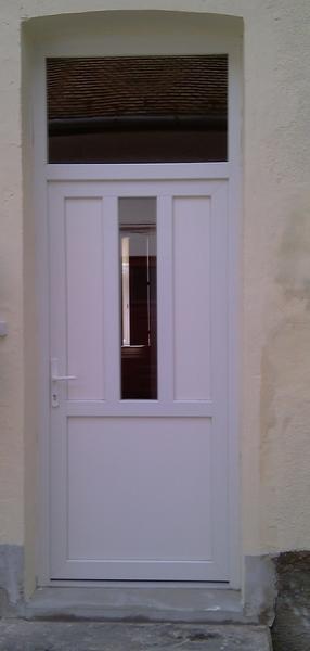 Műanyag bejárati ajtó beépítése